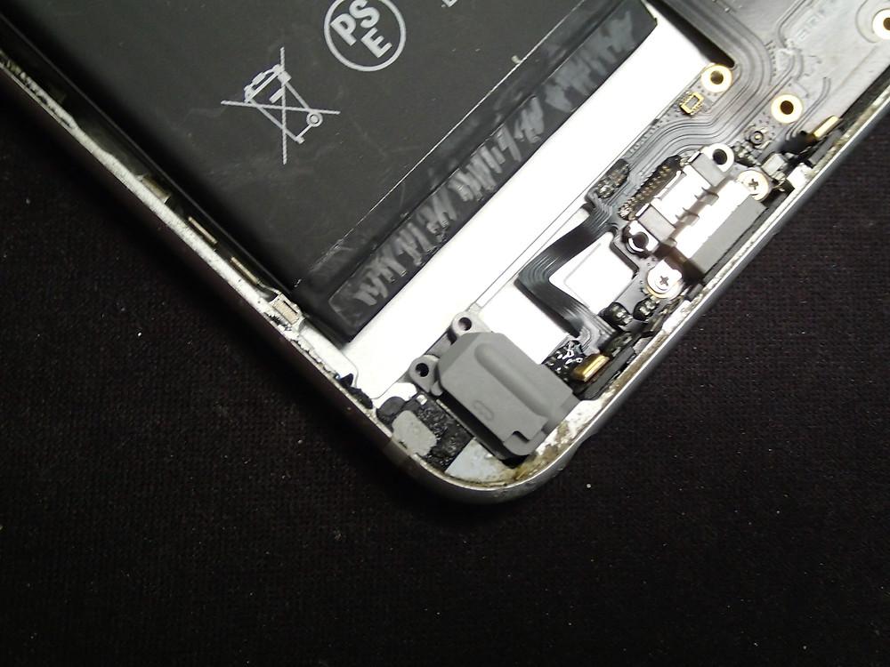 コネクター交換時イヤホンとバッテリーが干渉するのでバッテリーを外す