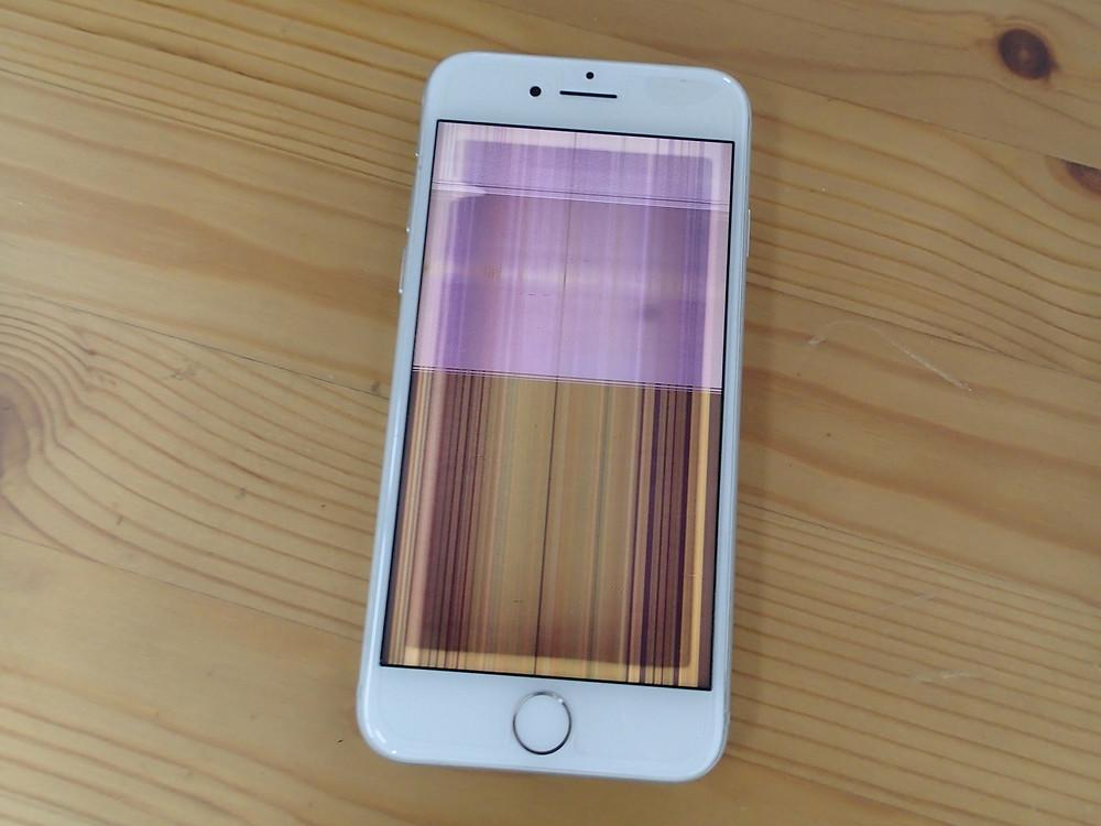 iPhone8の画面破損赤い線がいっぱい