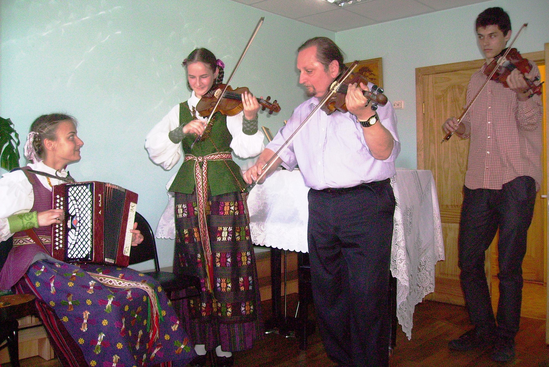 Vera ir Agne su muzikantu muzikantu Matu ir Algirdu Klova