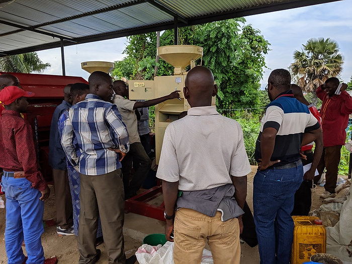 Farmers-and-technicians-operate-the-rice