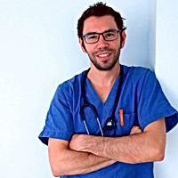 Medico veterinario sorridente in camice blu