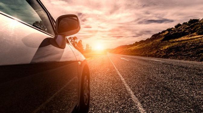viajar-de-carro-por-uma-estrada-ensolara