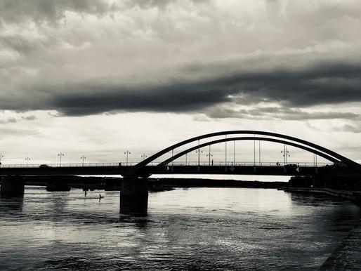 Sitzen ein Pole und ein Deutscher auf der Grenzbrücke und trinken ein Bier...