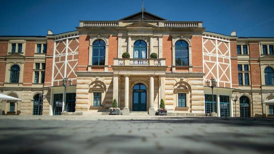 Das-Richard-Wagner-Festspielhaus-in-Bayreuth-bleibt-in-diesem-Sommer-verwaist.jpg