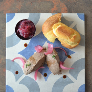 Fegatini toscani con pan brioche e composta di cipolle rosse