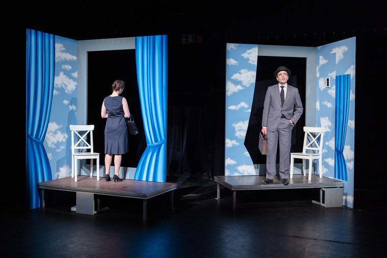 Stückbeginn - die beiden Räume des Paares Mrs. und Mr. P