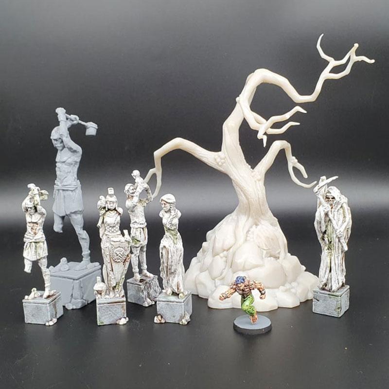 Modelos de miniaturas e personagens 3D junto da árvore contorcida recém impressa pela Sonic Mighty 4K