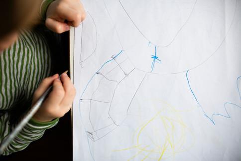 Kind zeichnet, Blick von oben
