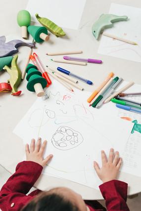 Kind zeichnet und bastelt