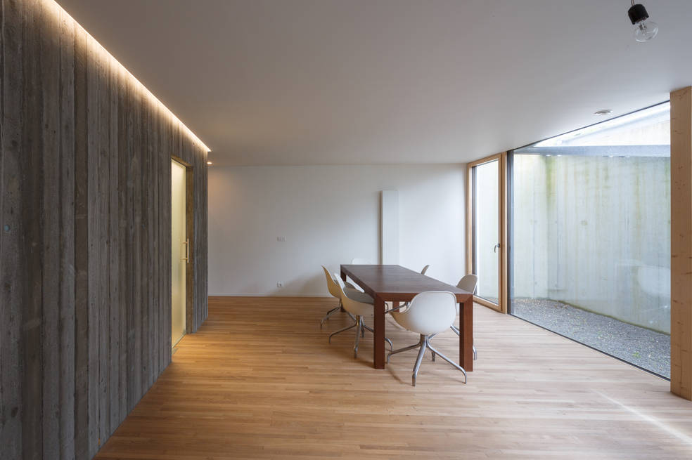 passief huis passieve woning zichtbeton thermowood parket passerelle zonwering zonneboiler pv panelen zwemvijver woonkelder vide