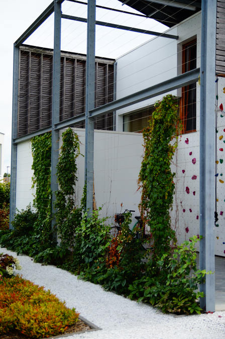 passieve woning met klimmuur pv dak carport gepolierde beton plantengevel