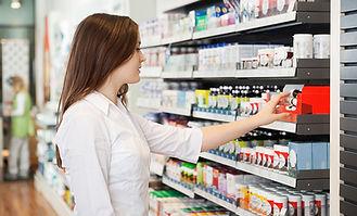 Fille en pharmacie