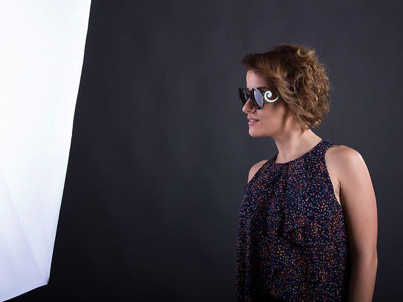 modella con moderna montatura occhiali da sole