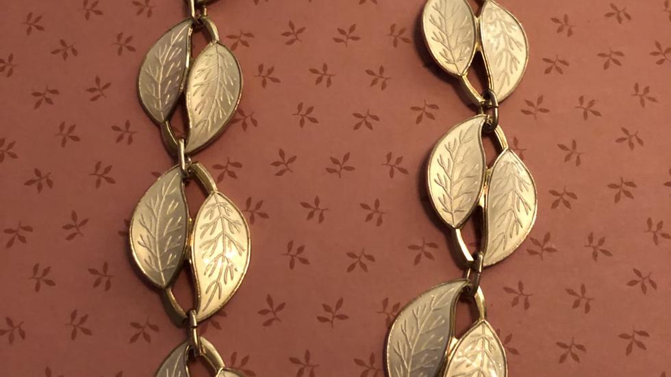 Kraftig smykke i sølv og emalje, Meka
