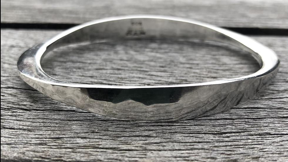 Hamret armbånd fra Tone Vigeland i sølv