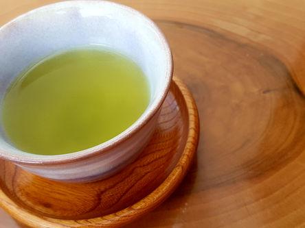 Japanskt te och japansk tekopp med tefat