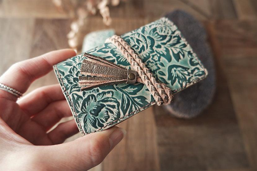 ハンドメイドのヌメ革のカード入れ 花柄