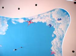 потолок в детской небо и бабочки