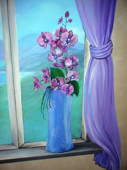 фальш-окно и фиолетовые розы
