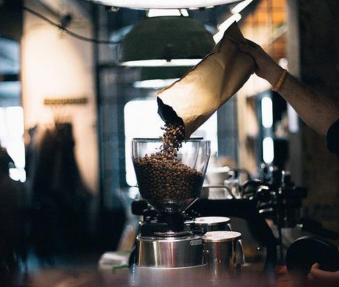 Man Påfyllning kaffebönor