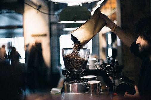 Hombre llenar granos de café