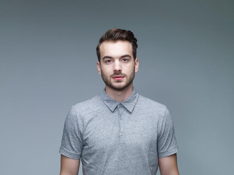 Headshot van de mens die een grijs shirt