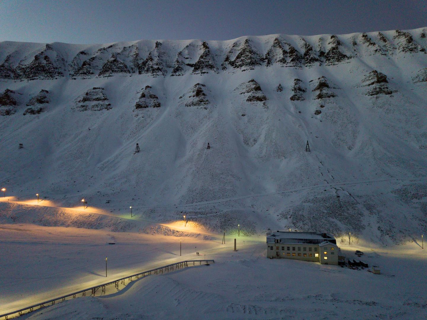 Huset Svalbard Winter by CeciliaBlomdahl
