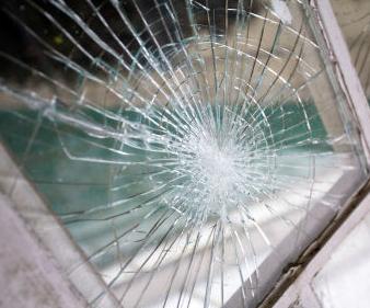 זכוכית טריפלקס שבורה