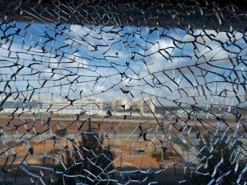 זכוכית מחוסמת שבורה