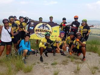Conheça o grupo de ciclistas que sai de Realengo e se aventura pela Cidade do Rio