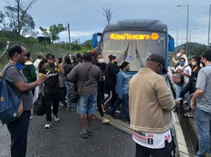[VÍDEO] Passageiros ficam na via expressa após BRT apresentar problemas na Transolímpica
