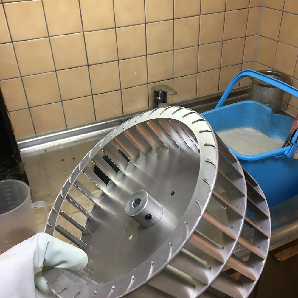 換気扇のシロッコファンは油やホコリ、蒸気を外に排出する機能があります。