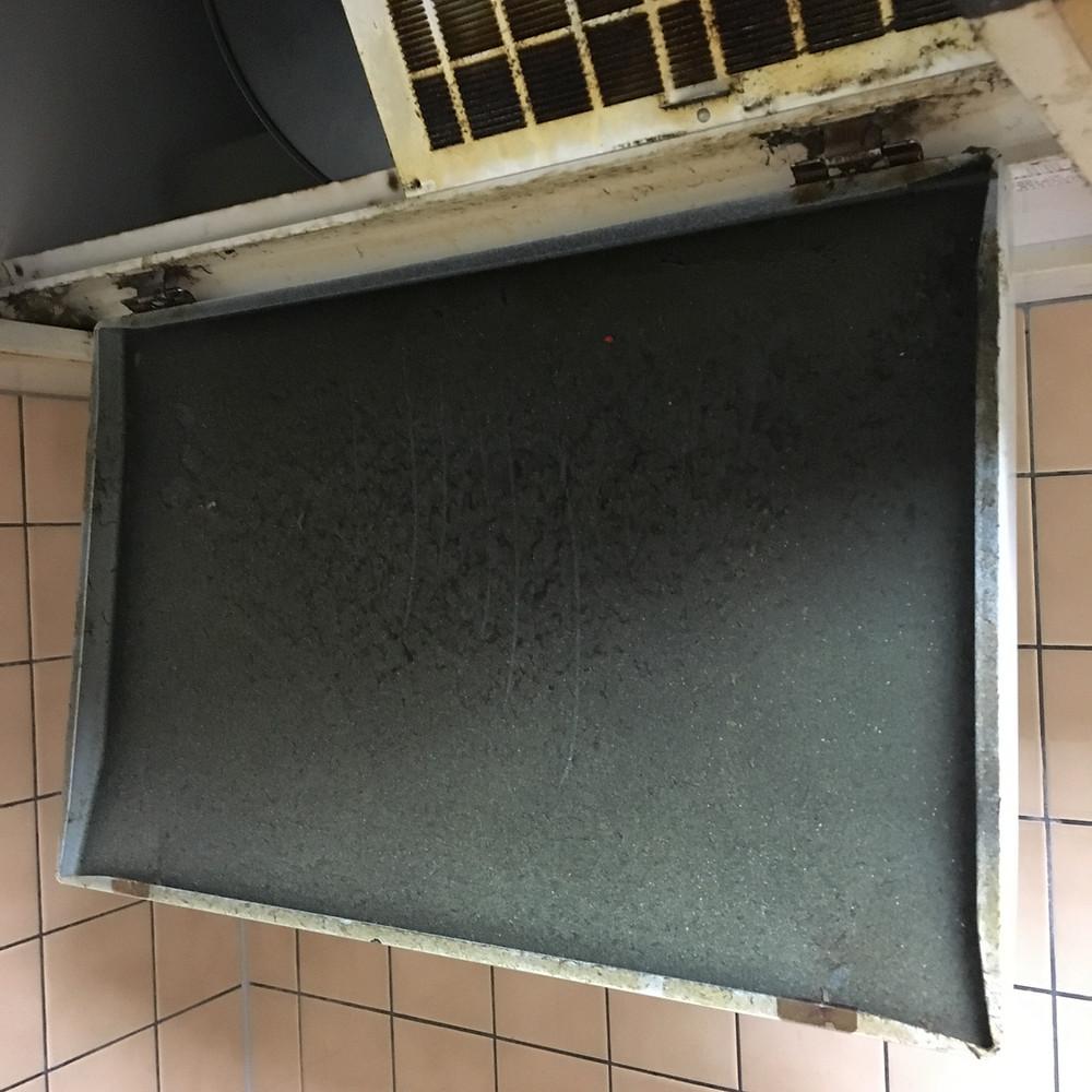 清流板付きのレンジフードは効率よく油を吸うため油の飛散を減らすことが出来ます