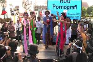 "Didik Nini Thowok and friends in Yogyakarta during a demonstration against the project of a ""Pornography Law"""