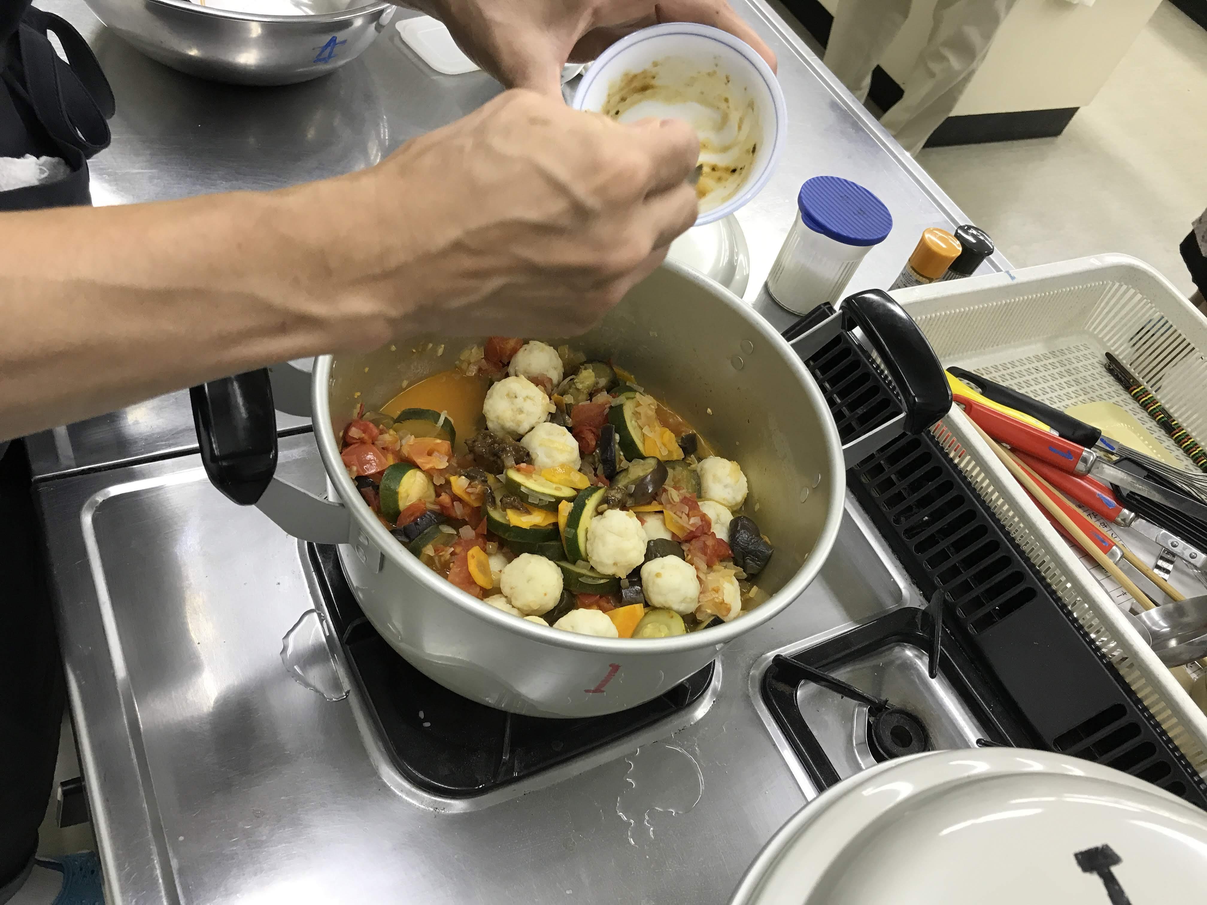 鱧団子をつくり、野菜と煮込みます