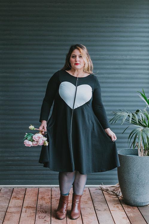 שמלת אלבי שחורה עם לב לבן