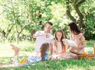 szczesliwa-rodzina-na-pikniku-w-parku-w-