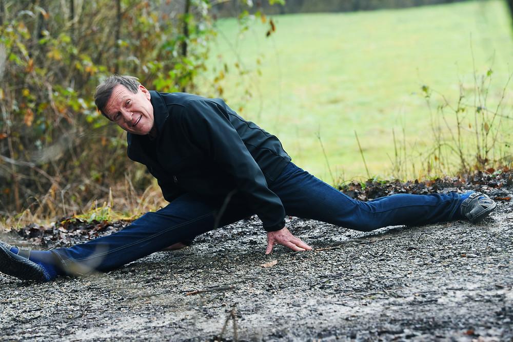 72-letnemu Ivu Koncu, nekdanjemu profesorju športne vzgoje in trenerju skakalcev, so zdravniki napovedali, da bo pri tridesetih zaradi okvar na hrbtenici pristal na invalidskem vozičku.