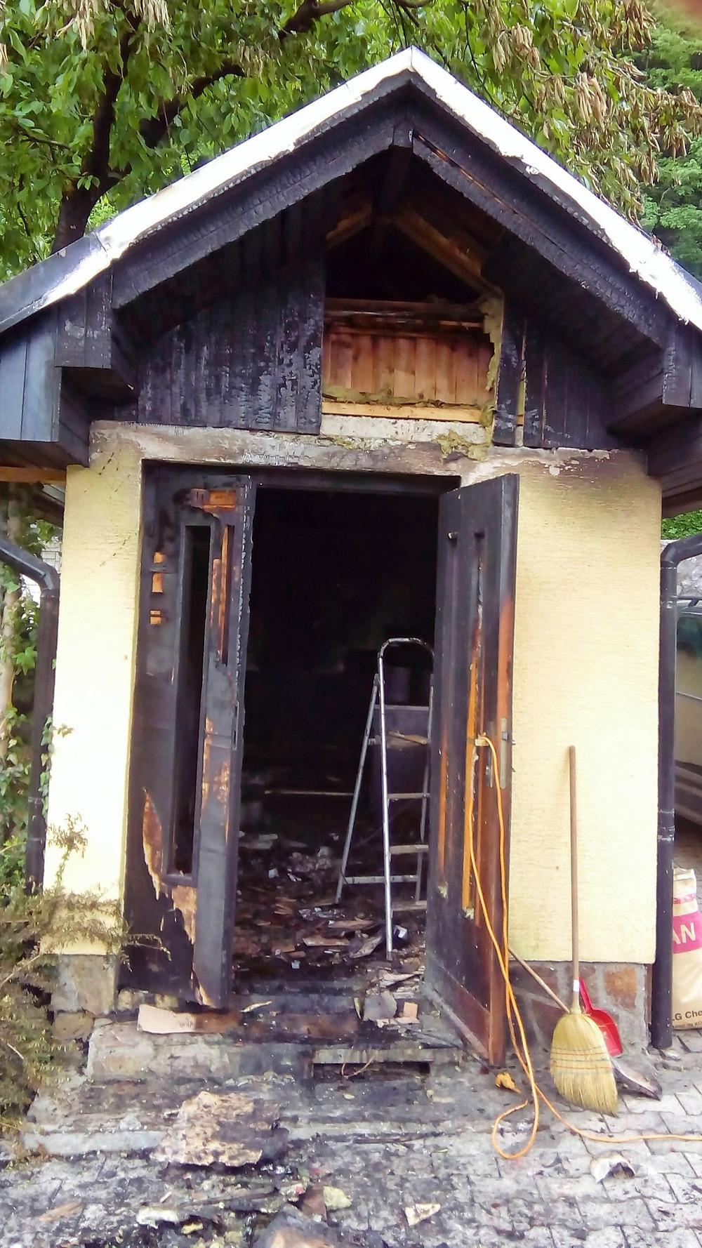 Stavba z delavnico za smrekovo mazilo po požaru