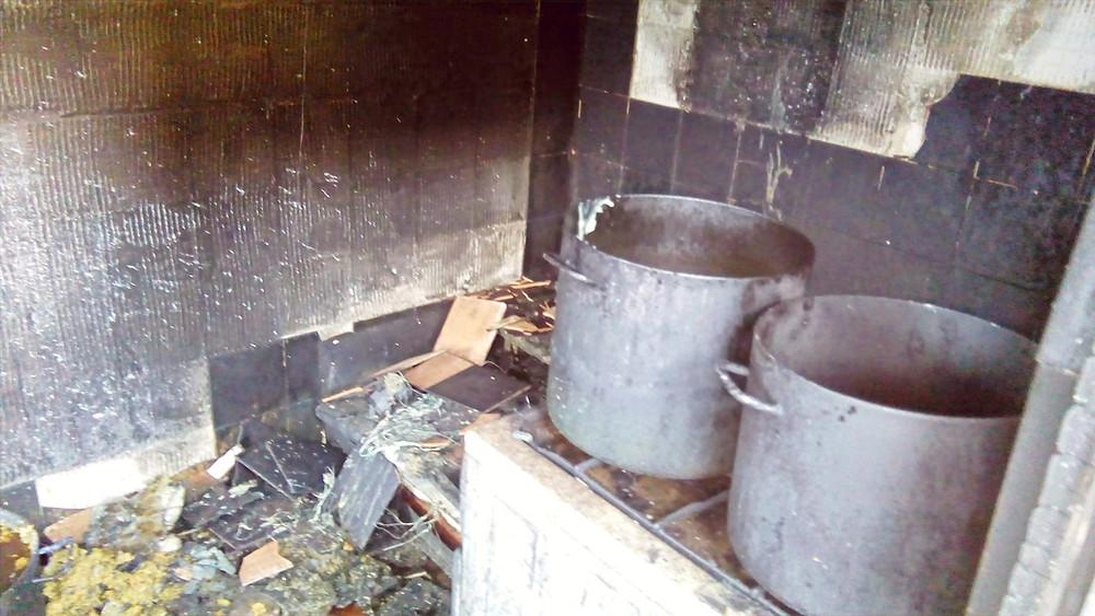 Detajl iz notranjosti pogorele delavnice za smrekovo mazilo