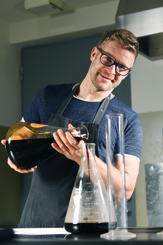 Prvo mazilo iz smrekove smole je Ivo Konc naredil leta 1990. Zadnjih deset let njegovo poslanstvo uspešno nadaljuje sin Matic, diplomirani inženir laboratorijske biomedicine in profesor športne vzgoje.