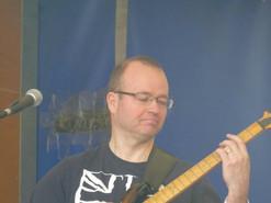 5uc_guitar1.jpg