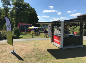 Le Cubox stand d'accueil by Inergeen, le stand d'accueil éphémère, autonome et écologique avec panneaux solaires intégrés.