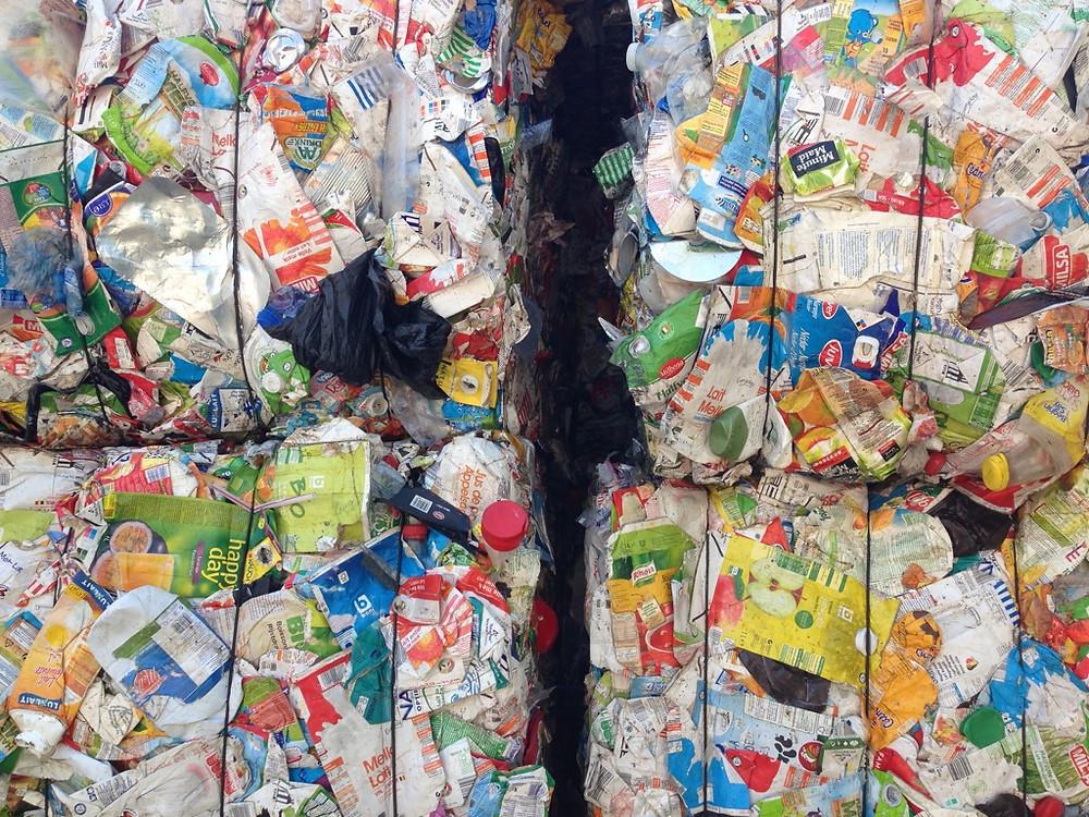Plastique et cartons de boisson triés, prêt pour le recyclage