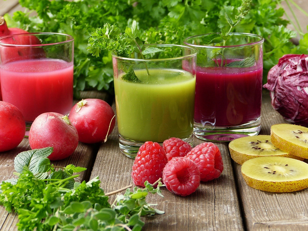 Les légumes sont une source incroyable de vitamines et minéraux. La règle d'or reste toujours le fait maison, bien moins sucré, plus écologique et nettement plus riche en nutriments. Comme il s'agit d'un produit frais, à consommer de préférence dans la minute qui suit l'extraction, l'apport nutritionnel est incomparable avec un jus acheté en bouteille.