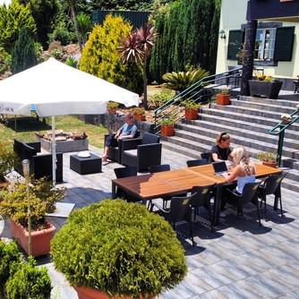 CoWorking / Remotework in Madeira at its best ... Marek, Melli and Kiki enjoy the garden