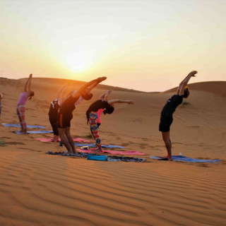 sunset-yoga-in-the-desert-yoga-dubai-mal