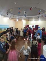 Сыктывкарский молочный завод вручил 250 новогодних подарков детям из многодетных семей.
