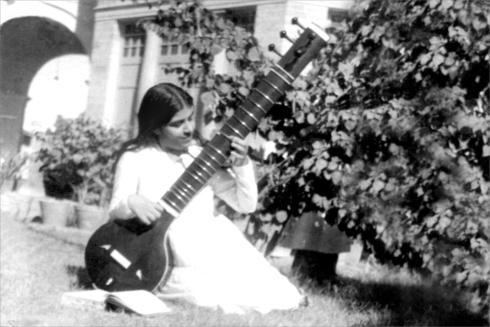 Mamma Saraswati playing Veena (1935)