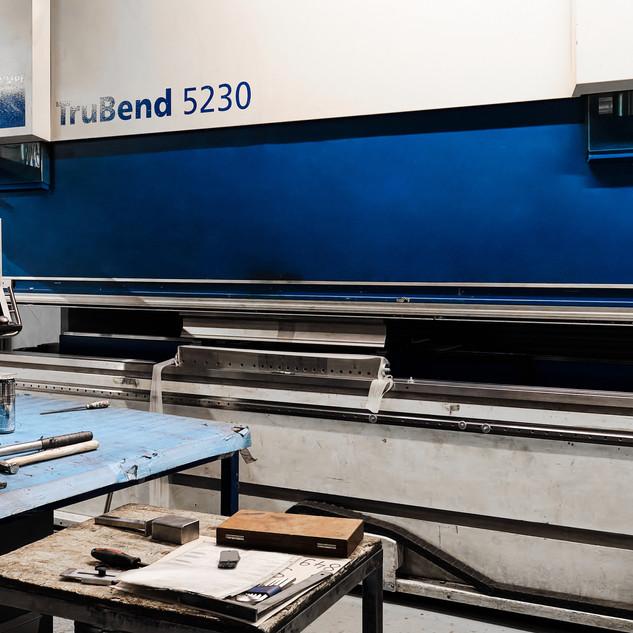 Pliage sur notre centre de pliage Trumpf 5230 Cette presse plieuse bénéficie de nombreuses fonctionnalités, ce qui contribue à la qualité de la production, jusqu'à 4 m.
